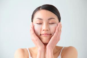 化粧水パックをする女性の写真素材 [FYI02010839]
