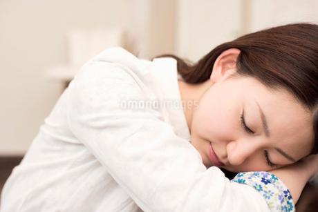 うたた寝をする女性の写真素材 [FYI02010996]