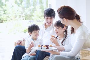 テラスでくつろぐ家族の写真素材 [FYI02011153]