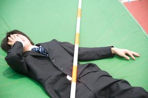 高跳びを失敗したビジネスマンの写真素材 [FYI02011229]