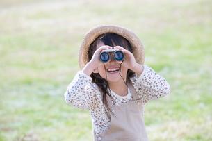 双眼鏡を覗く女の子の写真素材 [FYI02011239]