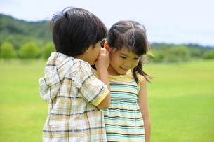 内緒話をする兄妹の写真素材 [FYI02011250]