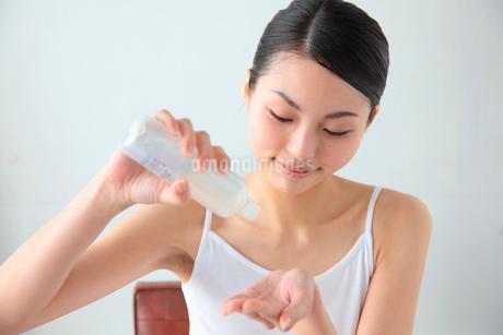 スキンケアをする女性の写真素材 [FYI02011411]