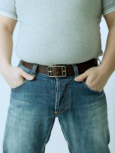 お腹の出た男性の写真素材 [FYI02011482]