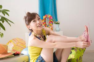 ビーチサンダルを履く女性の写真素材 [FYI02011586]