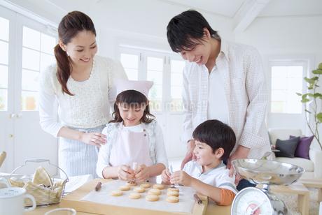 お菓子作りをする家族の写真素材 [FYI02011698]