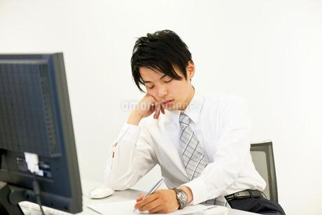 仕事中に居眠りをするビジネスマンの写真素材 [FYI02012015]