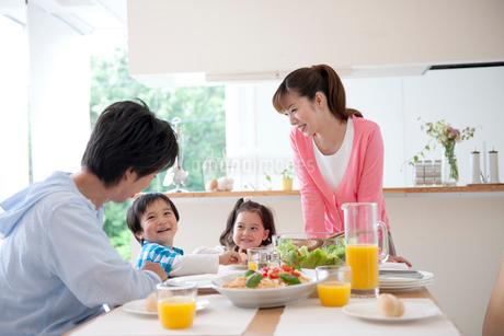 食卓を囲む家族の写真素材 [FYI02012030]