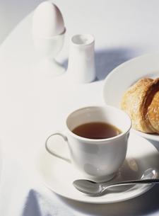 コーヒーとクロワッサンの朝食の写真素材 [FYI02012136]