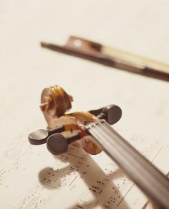 楽譜とバイオリンの写真素材 [FYI02012173]