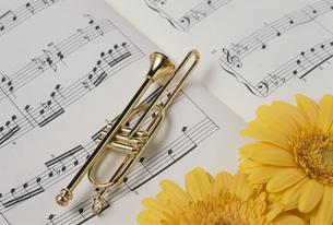 楽譜にガーベラとトランペットの小物の写真素材 [FYI02012277]