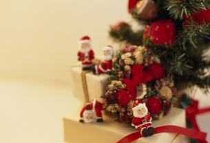 サンタの人形とボックスの写真素材 [FYI02012301]
