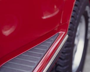 赤いスポーツカーのタイヤ部の写真素材 [FYI02012322]