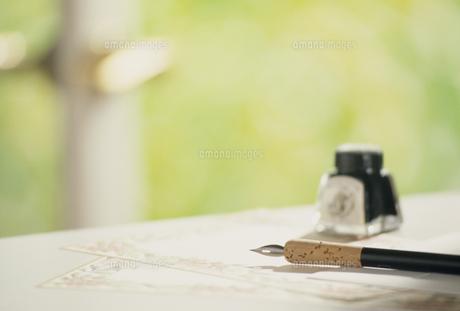 テーブルに置かれたインクとペンの写真素材 [FYI02012389]