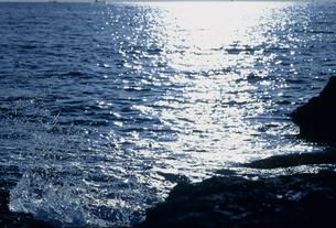 光る海と波しぶきの写真素材 [FYI02012453]