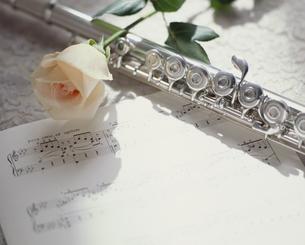 楽譜とフルートとバラの写真素材 [FYI02012553]