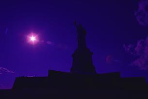 自由の女神と光の写真素材 [FYI02012721]
