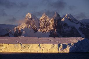 氷山の写真素材 [FYI02012727]