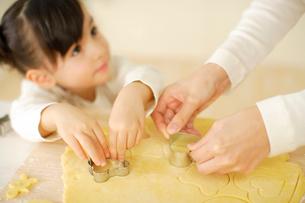 クッキーの型をとる女の子とお母さんの手元の写真素材 [FYI02012801]