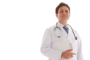 ファイルを持つ外国人男性医師の写真素材 [FYI02012872]