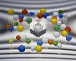 クリスタルとカラフルな球体の写真素材 [FYI02013027]