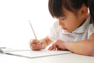 勉強をする女の子の写真素材 [FYI02013128]