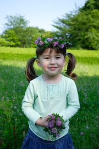 公園で花の冠を頭にのせた女の子の写真素材 [FYI02013135]