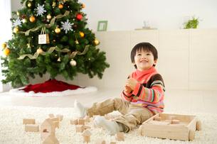積み木で遊ぶ男の子の写真素材 [FYI02013153]