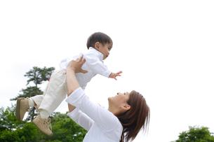 お母さんに抱き上げられる幼い男の子の写真素材 [FYI02013270]