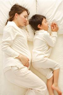 お腹の大きなお母さんと男の子の写真素材 [FYI02013296]