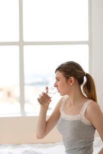 グラスに入った水を飲む外国人女性の写真素材 [FYI02013607]