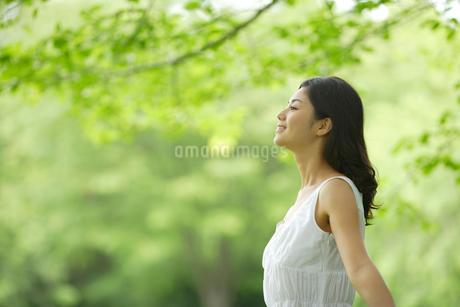 深呼吸する白いワンピースの女性の写真素材 [FYI02013698]