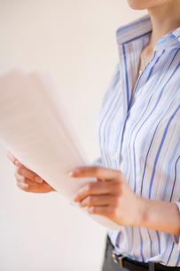 書類を持つ女性の写真素材 [FYI02013926]