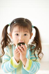 おにぎりを食べる女の子の写真素材 [FYI02013933]