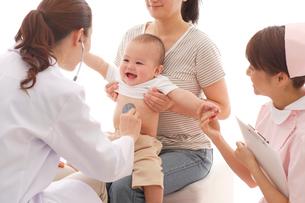 小児科の診察の写真素材 [FYI02013944]