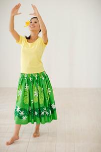 フラダンスを踊る女性の写真素材 [FYI02013975]