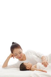 眠る赤ちゃんと添い寝をするお母さんの写真素材 [FYI02014086]