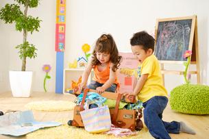 旅行の準備をする男の子と女の子の写真素材 [FYI02014249]
