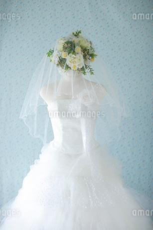ウェディングドレスとブーケの写真素材 [FYI02014393]