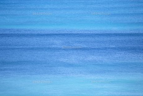 穏やかな波の海面の写真素材 [FYI02014760]