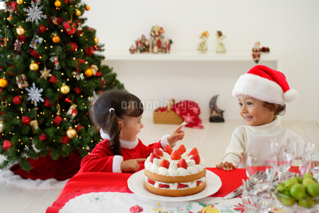 クリスマスケーキを食べる子供の写真素材 [FYI02014761]