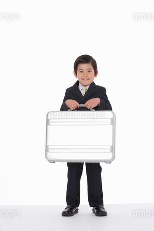 トランクを持ったスーツ姿の男の子の写真素材 [FYI02014869]