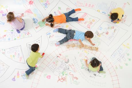 地図の上で遊ぶ子供達の写真素材 [FYI02014947]