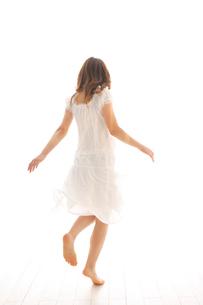 白いワンピースを着た女性の写真素材 [FYI02014980]