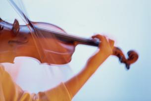 バイオリンを弾く手の写真素材 [FYI02015000]