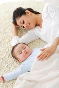 眠る赤ちゃんと添い寝するお母さんの写真素材 [FYI02015001]