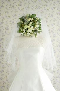 ウェディングドレスとブーケの写真素材 [FYI02015102]