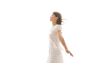 白いワンピースを着た女性の写真素材 [FYI02015143]