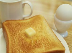 パンと卵とコーヒーカップの写真素材 [FYI02015164]