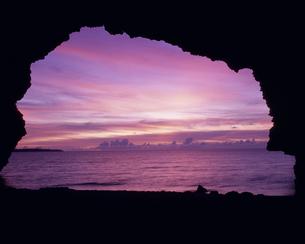 洞穴から見た夕景の海と空の写真素材 [FYI02015193]